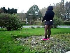jean wtf singham en travesti joue avec le vent dans une mini jupe