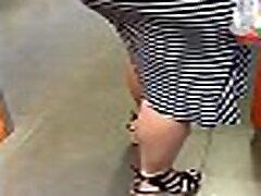 lits kleidis ilusate jalgade ja paksu persega