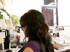 性感秘书Mackenzee刺穿得到她的猫卡住了