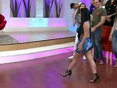 미셀 디아즈 culona y tetona en 섹시한 blusa y minifalda de mezclilla HD