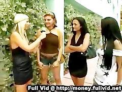 Meitene ēst ass naudas