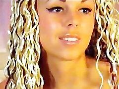 Seksi Blondinka, Ki Je Kot Nalašč Telesa Na Cam
