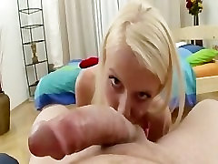 Kate. . . Väike Blond On Tema Esimene sex toilet amateur Kukk!