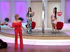 Gaby Sánchez en minivestido rosa con sexy escote HD