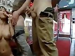 Črna gangbang muco in usta zajebal v porno trgovini