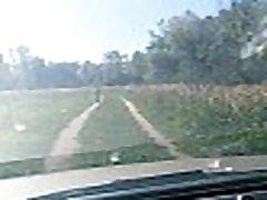 čovjek undress i ide gol za vožnju na automobilu
