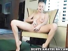 Busty amatieru rudens toying viņas incītis uz dīvāna