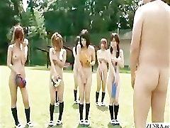 Alasti kooli Jaapani õpilased on väljas gym class