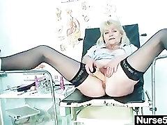 Stari blond lady kaže off naravne joške in dildo spretnosti