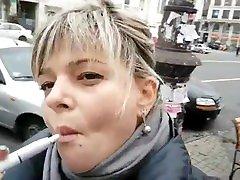 rūkymas fetišas lauke. karštas lūpas