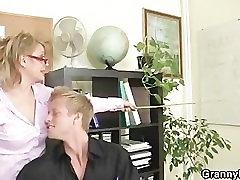 בוגר משרד הבוס מכריח אותו לזיין אותה חזק