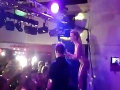 dziedātāja mia julia topless uz skatuves viņas fani