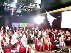 CFNM fantje strip off za amaterske bejbe na CFNM stranka