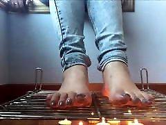 barefooter tüdruk