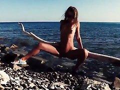 Russian Girl Sasha Bikeyeva -  Stunning porno indonesia terbaru 2017 teases on camera, gets fucked and sucks a tourist on the beach