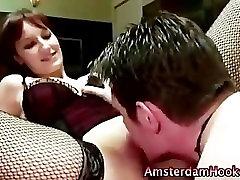 काले बालों वाली डच वेश्या मोज़ा में