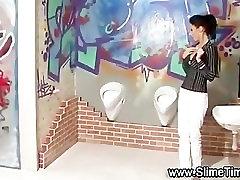 Glamūriniai mergina gauna staigmena bukkake iš žaislų gaidys