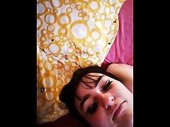 Jeune Brunette Gorge Profonde Baisée à lEnvers et Douche de Sperme