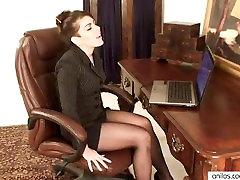 Amateur mom masturbates to porn