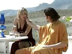 Okusno italijansko dekle jebe nekaj teen zunaj