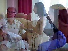 الجنس الثلاثي الاباحي القديم مع فتاة مراهقة صغيرة مثيرة فاتنة