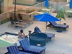 Pärchen wird beim angela baron pee im Hotel Pool erwischt