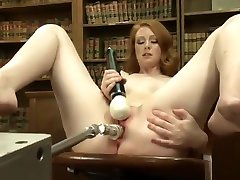 A speculum peehole eboni joynereb is drilling the cunt of a redhead