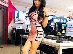 Yuli Castillo en minivestido recargando sus nalgotas en la mesa HD