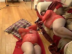 BBW STEPSISTERS PLAYING WITH THEIR FOOD, SPLOSH !