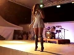 Une allumeuse joselyn foot worship bandante qui bouge bien son cul on stage