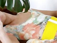 germanian mergina naudojant didžiulis stiklinis žaislas