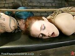 एक गर्म रेड इंडियन और एक सेक्सी नीले बालों वाली लड़की
