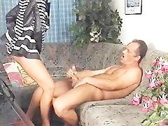 Karstā milf nozvejas viņas vīrs masturbē ar citu sievieti