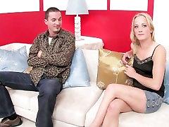 Blondinka z majhnimi joški gets zajebal trde