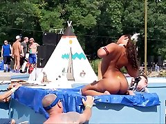 Thick Native American Hunni Monroe gets naked on stage at Nudes-a-Poppin