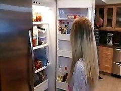 继父惩罚以巨大的鸡鸡顽皮的金发少女的继女