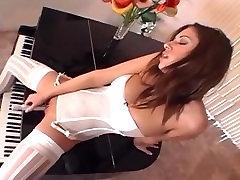 Efektingas mergina masturbates baltos kojinės, kelnaitės ir aukšti kulniukai