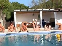 שש בנות ערומות על שפת הבריכה מאירופה