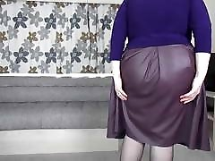 सैली उसके चमड़े की स्कर्ट से बाहर स्ट्रिप्स
