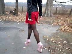 visoke pete, najlonske nogavice in rdečo obleko!