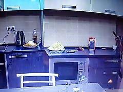 alasti leta osan kodus ja köögis