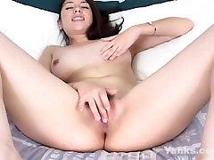 Seksīga Brunete ar perfektu puses pilnu zīlītei pirkstiem sev