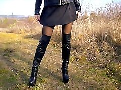 visoki škornji, najlonske pajkice in kratka obleka