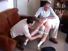 पत्नी अपमानजनक पदों पिटाई दो पुराने पुरुषों पिटाई