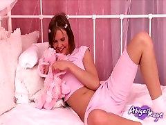 Horúcich teen Abi šuká jej tesnej mačička s vibrátorom