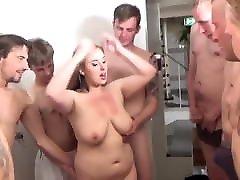 tetona xx missage esposa, consigue gangbanged por los amigos del marido