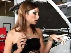 Amber Rayne Get ist ein in Garage by BBC Mechanics