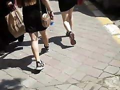 teismeliste tüdrukute kõndides tänaval