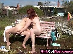 Tüdrukud Välja Lääne - sister caught on couch lesbid vastastikuse fingering