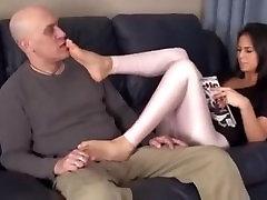Pameita, liek viņas kājas uz tēva seju